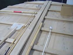 かき回したりする道具。 樽のふたの上に並べられている。 (写真:久米五郎太氏)