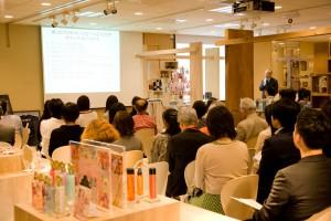 ゲストスピーカー、フィッツコーポレーション国際部部長・竹内俊夫氏はパワーポイントを使って講演。参加者も熱心に聞き入っていました。