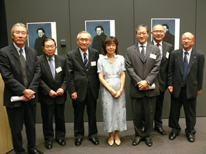 左から:永田氏、小阪田理事、三浦理事、川村氏、上口氏、久米会長代行、若林氏(サントリー美術館副館長)