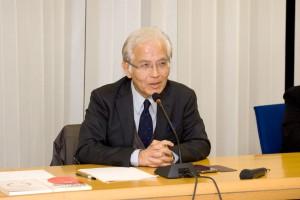 講演会の冒頭、より深い議論の場となれば、挨拶する瀬藤会長。