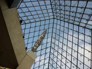 広々と明るいルーヴル・ピラミッド内