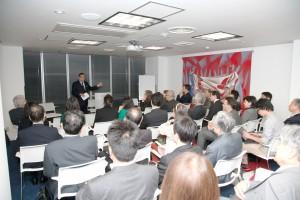 アグレッシブな司会で会場を魅了する磯村尚徳初代パリクラブ会長。