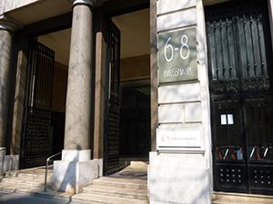 オスマン通りを強調した建物の入り口
