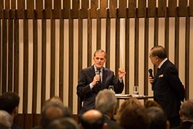 磯村氏の質問に答える形で進む対談。時にユーモアあふれる会話に会場も和んだ雰囲気に。