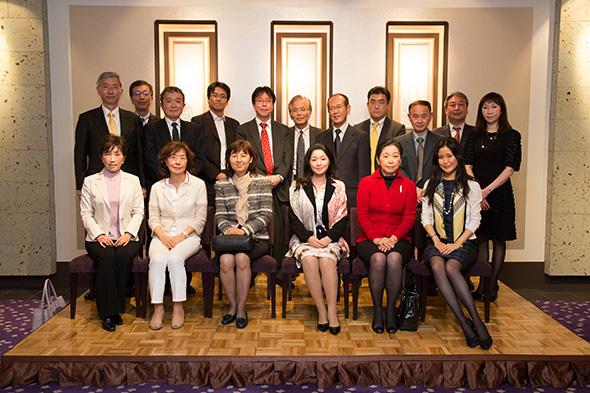 瀬藤会長を囲んで、新入会員の方々を記念撮影。