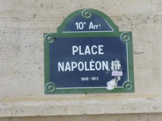北駅外側のナポレオン3世広場といたずらされたプレート