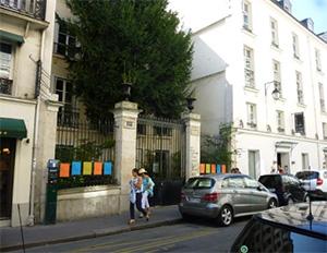 告白本を出版した小さな出版社「les arènes」 近所に中小の出版社があつまっている