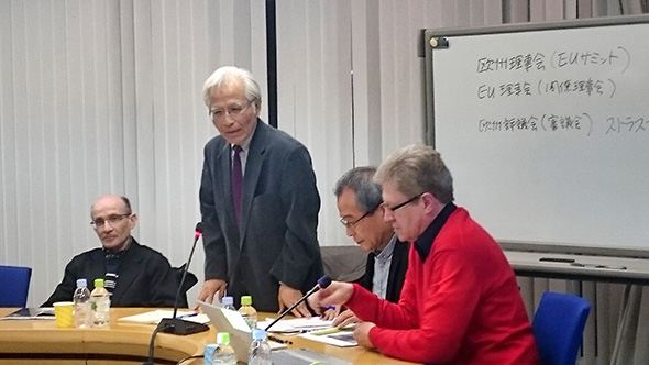 講演するイバン・バサール氏(写真手前)のプロフィールの紹介を兼ねた開会の挨拶をする瀬藤会長。
