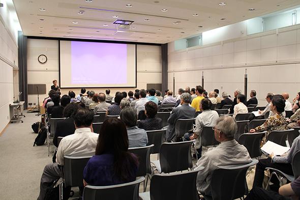 会場には100名を超える参加者が集まり、映画を鑑賞しました。