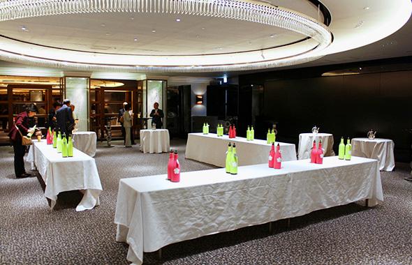 会場にはテイスティングを待つワインがセッティングされます。