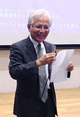上映会の挨拶に立つ瀬藤会長。