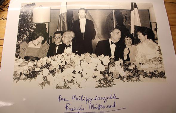 昭和天皇とミッテラン元仏大統領の晩餐会で、給仕長を務めた際の写真。下には元大統領のサインが。(写真はフィリップ・ソーゼッドゥ氏所蔵)
