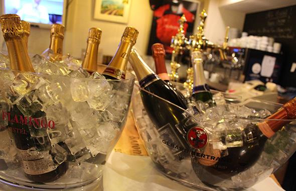 透明なボウルで冷やされたシャンパン。極上の銘品ばかりが揃えられており、参加者の方々の期待は高まる。