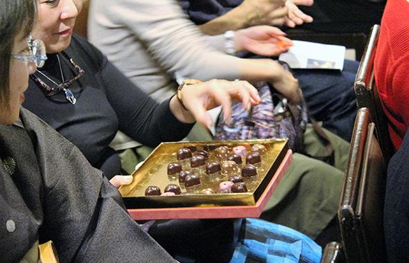 世界一のショコラティエールが創作したチョコラを味わうご来場の方々。思わず微笑みが浮かぶ。