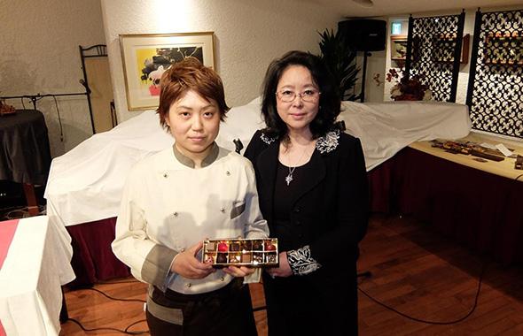 「信念のあるショコラの作り手として、皆さまにご紹介できることを誇りに思います」高級ショコラの輸入とプロモーションを手がける、パリクラブ会員の加藤さよ子さん(右)