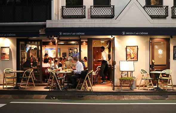 会場はおしゃれな雰囲気の「ブレッツカフェクレープリー表参道店」