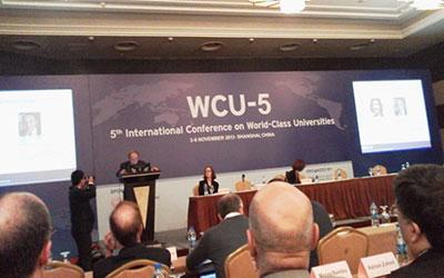 「ワールドクラス・ユニバーシティ会議」(上海、2013)で基調講演をするロカール元首相