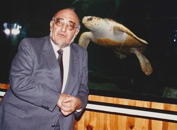 モナコの海洋博物館でウミガメと写真に収まるドゥマンジュ教授