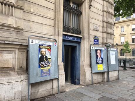 パリの決戦投票場 (多くの所でルペンのポスターが他人のポスターになっていた)