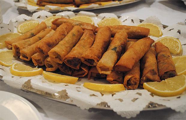 アナトリア起源といわれ、東欧や西アジアでポピュラーなボゥレク。大使館付料理人の話では、アルジェリア版春巻きとのこと。チーズとホウレンソウの入ったものと、牛肉の入ったものとの二種類が食卓に並びました。前者はいわゆる揚げ春巻の味。後者は、インド料理のサモサを思わせるスパイシーなお味でした。