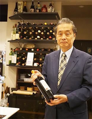 おすすめのワインを手にする剣持氏