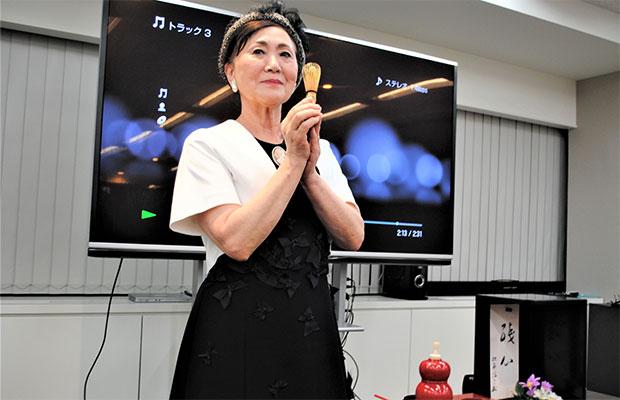 茶筅が竹で出来ているのは、身を削って人のために尽くすという意味がある、と説明する松平氏