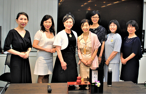 講演終了後、松平氏を囲んで「輝く会」実行委員も記念撮影