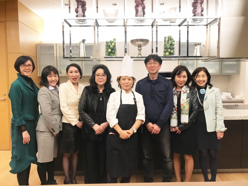 才村シェフを囲んでスタッフ一同で記念写真。本当においしいアペリティフとスィーツをありがとうございました。